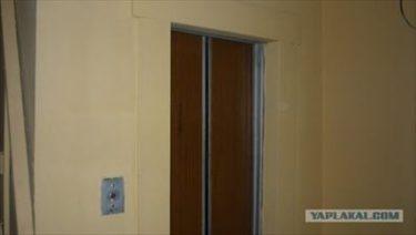 ロシアのマンションのエレベーターに刻まれた20年間の歴史