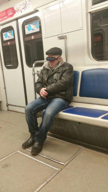 サンクト・ペテルブルクの地下鉄にいた未来人のようなハイテクおじいちゃん