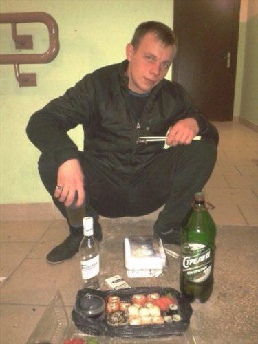 かっこいいロシア男子はアパートの玄関で寿司を食うぜ!