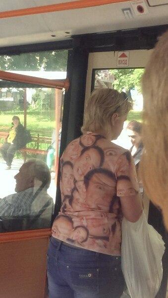 ロシアで流行中?ニコラス・ケイジTシャツを着たおばちゃんが撮影される