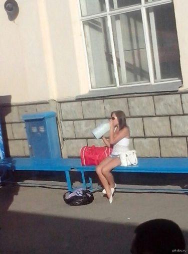 ロストフの女の子が数リットルの牛乳を街角でラッパ飲みにする