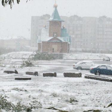 「夏至祭だ!夏が始まるぞー! あ、雪降ってきた…」 ロシアのヴォルクタで雪が降ってきたため夏至祭が延期される