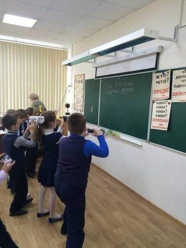 ロシアの今時の小学1年生は黒板をケータイでメモする