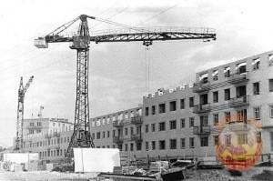 屋上に登ったり、タールを噛んだり・・ソ連時代の工事現場は子どもたちの遊び場だった!