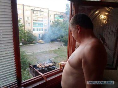 外にでるのがめんどくさい!マンションの窓からBBQするロシアのおっさん