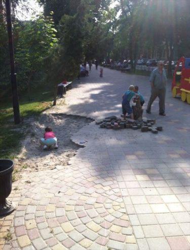 積み木がないなら道を剥がせばいい!たくましく遊ぶロシアの子どもたち
