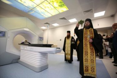 科学と宗教の団結!ロシアの司祭は医療用粒子加速器の悪魔を祓う