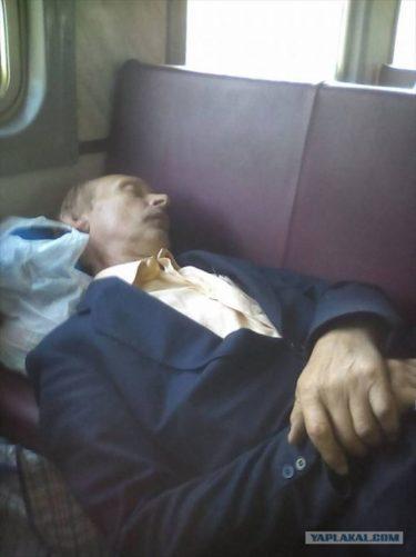 キエフの列車内にてプーチン大統領(?)が爆睡してる姿が撮影される
