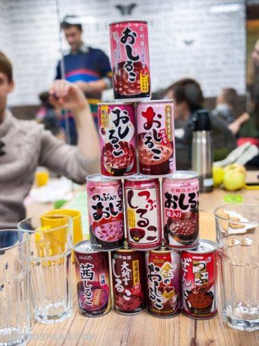 日本で売られている10種類のおしるこ缶をモスクワまで運びロシア人に飲み比べしてもらった
