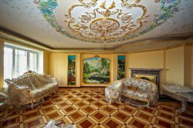 貴族の暮らしに憧れてアパートを宮殿のようにしたロシア人の部屋