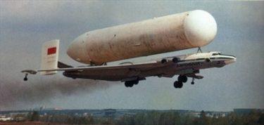 これ本当に飛ぶの?自分の体よりも太い燃料タンクを運ぶソ連製飛行機VM-T「アトラント」