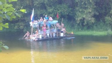 2階建て、BBQ、テントは当たり前、ロシア流筏の楽しみ方