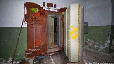 ロシアの廃墟の地下室の隠し扉の奥にあった加速器施設