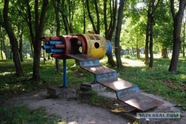 ソ連時代に作られた宇宙をイメージした公園の遊具