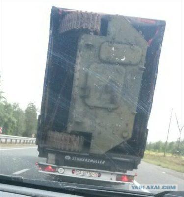 力技で装甲車を積載しているロシアの道路を走るベラルーシのトラックがおそロシア!