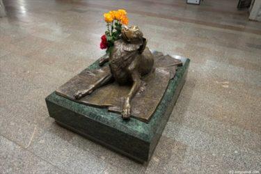 モスクワの地下鉄駅に置かれた犬の像にまつわる悲しい話
