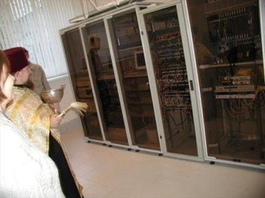ロシアではサーバーの不具合を直すために神父を呼ぶらしい