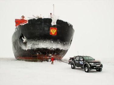 クルスク海の氷上を走っていた三菱L200が氷にハマっていた世界最大の原子力砕氷船を引っ張る