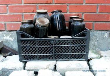 古くなった大量のジャムで密造酒サマゴンを作るロシア人