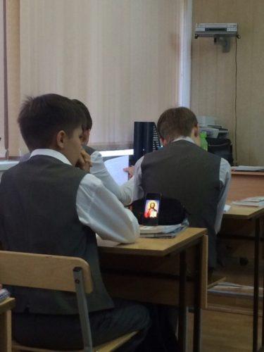 テストの結果は神頼み?ロシアの学校で撮影されたテスト前の写真