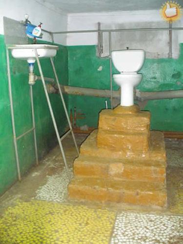 「この写真一枚でロシアの本質がわかる。」 便器の位置が高すぎるロシアのトイレ