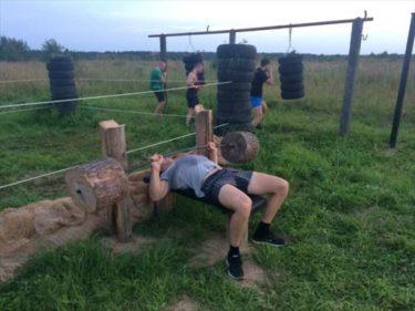 みんなで頑張って作ったロシアの田舎の手作り屋外ジム