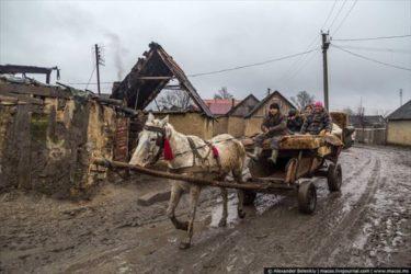 ウクライナの壁で遮られた区画で暮らすジプシーたち