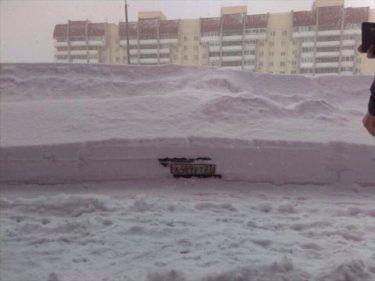 あと一歩でおそロシア!ハバロフスクで雪に埋まった車がギリギリのところで発見される