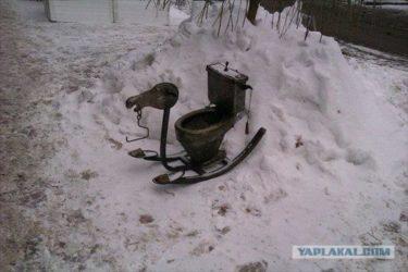腹が下ったらこれに乗って山を下ればいい!ロシアで発見された便器付きソリ