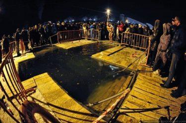深夜、真冬の川で身を清めるロシア正教徒
