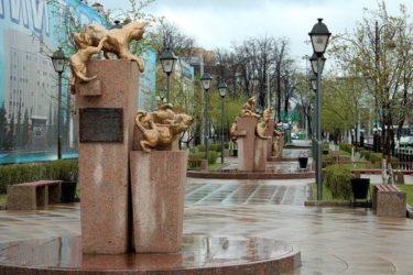 レニングラード包囲戦で活躍したシベリアのネコ達を称えたネコ公園