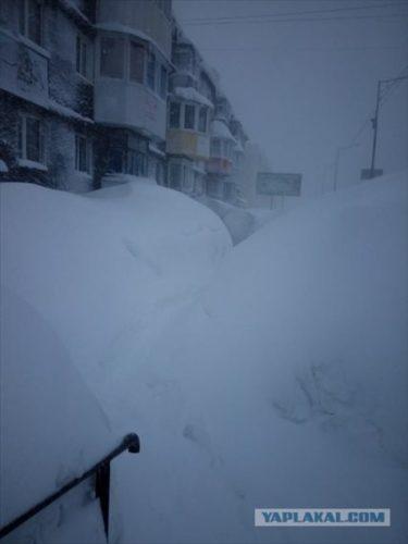 家が埋まる、車が埋まる、信号が埋まる、カムチャッカの降雪おそロシア