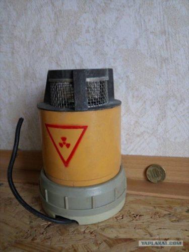 ロシア軍の地下室からバイトが勝手に持ちだした放射能マークの付いた謎の機械