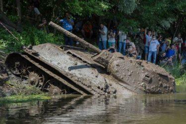1943年に川底に沈んだ戦車、T-34が引き上げられた