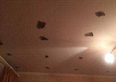 ロシアのアパートで上の階の人がリフォームで夢中になり天井に穴を開けまくる