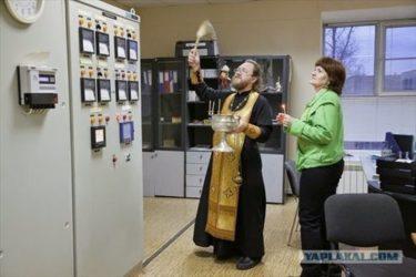 何かあったらロシア人も神頼み!制御盤に聖水をふりかける神父の写真