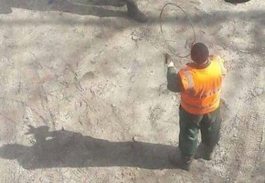 ロシアの公園には楽しそうに遊ぶ工事作業員の男たちがいる!