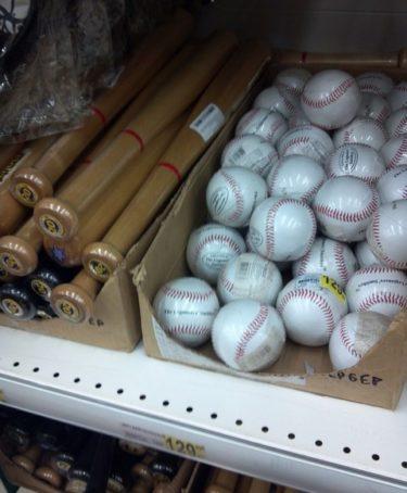ロシア人「この店、バットの隣でボールも売ってる。バットは車に置くためでしょ?じゃあボールは?」