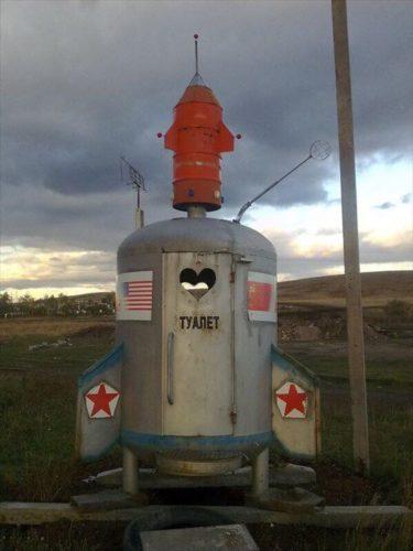 ロシアの田舎に設置されている今にも飛んでいきそうな公衆トイレ