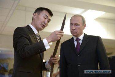 様々なものを見るプーチンの写真一覧