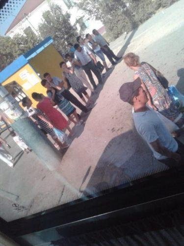 43度のカザフスタンでバスを待つ人々の暑さ対策が面白い