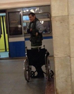 モスクワの地下鉄で起こった奇跡‼寄付されたお金を盗まれた歩けない男が車いすから立ち上がる!