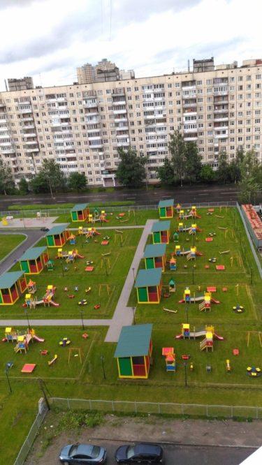 まるでシムシティのようなロシアのアパートから見える風景