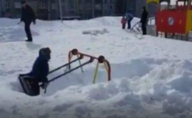 観測史上最大の大雪が積もるモスクワで楽しくブランコに乗る方法